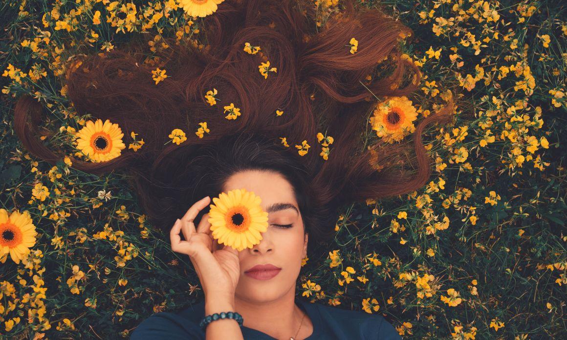 Huile pour cheveux secs : Les meilleures huiles végétales pour nourrir la fibre capillaire