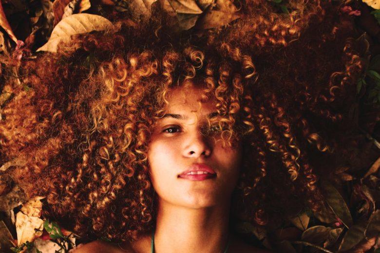 Soin huile pour les cheveux frisés et crépus ou en afro